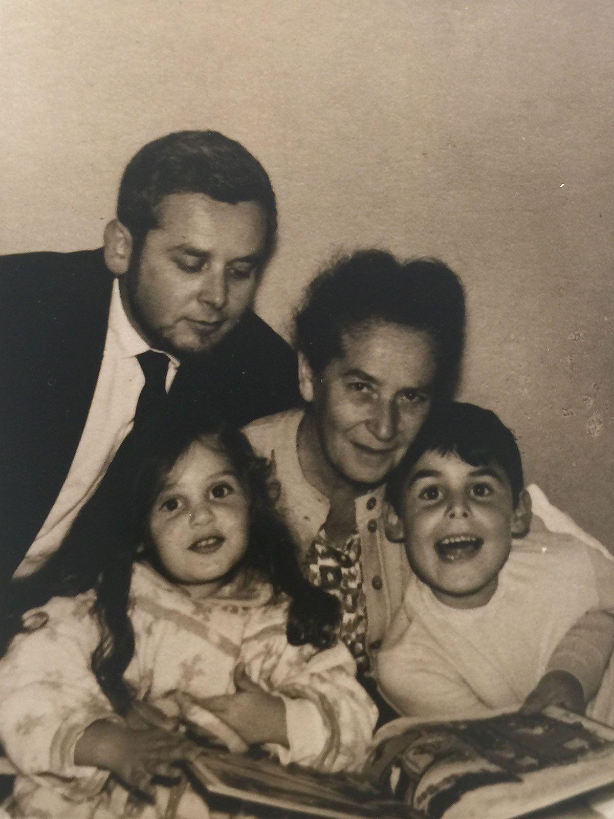 Avec sa mère adoptive Ma (Margaret Bleuler), Tzila et Aviel